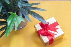 Предпосылка с подарочной коробкой золота, предпосылка рождества Нового Года Стоковые Изображения RF