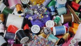 Предпосылка с потоками, иглами и другими аксессуарами для вышивки Искусство needlework стоковое фото