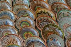 Предпосылка с румынское традиционное керамическим в плитах формирует стоковые изображения