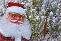 Предпосылка с Санта Клаусом и снежными рождественскими елками стоковое фото