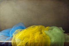 Предпосылка с цветастым шарфом марли стоковые фотографии rf