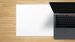 Предпосылка таблицы работы пустого экрана ноутбука деревянная - изображение запаса стоковое изображение rf
