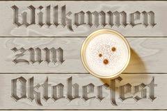 Предпосылка таблицы Oktoberfest рогульки взгляд сверху пены стекла пива деревянная Стоковое Изображение RF
