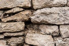 Предпосылка текстурированная концом-вверх скачками естественная каменная стена сделанная различных камней без типа цемент выпуска Стоковая Фотография