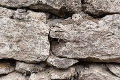 Предпосылка текстурированная концом-вверх скачками естественная каменная стена сделанная различных камней без типа цемент выпуска Стоковые Фото