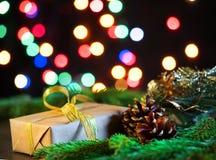 Предпосылка темной черноты рождества, подарок и ветви ели, волшебное сияющее bokeh, пустой космос для текста стоковое изображение rf