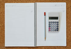 Предпосылка тетради и калькулятора и карандаша - концепция дела Стоковые Изображения