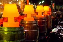 Предпосылка украшения открытого бара, линия загоренных красных ламп стоя на деревянных бочонках стоковое изображение rf