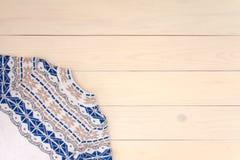 Предпосылка украшения рождества деревянная со связанным свитером шерстей с орнаментом жаккарда в белые голубом и бежевый Концепци стоковые изображения