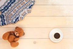 Предпосылка украшения рождества деревянная со связанным свитером шерстей с орнаментом жаккарда в белые голубом и бежевый  стоковое фото