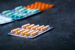 Предпосылка фармации на черной таблице Пакет таблеток на черной предпосылке Пилюльки Медицина и здоровая капсулы закрывают вверх  Стоковые Фото