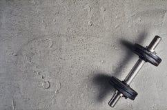 Предпосылка фитнеса или культуризма Гантели на поле спортзала, взгляд сверху Стоковые Фотографии RF