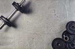 Предпосылка фитнеса или культуризма Гантели на поле спортзала, взгляд сверху Стоковая Фотография RF
