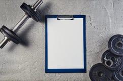 Предпосылка фитнеса или культуризма Гантели на поле спортзала, взгляд сверху Стоковые Изображения