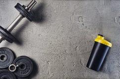 Предпосылка фитнеса или культуризма Гантели на поле спортзала, взгляд сверху Стоковое Изображение RF