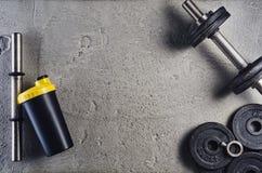 Предпосылка фитнеса или культуризма Гантели на поле спортзала, взгляд сверху Стоковая Фотография