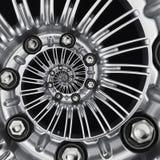 Предпосылка фрактали конспекта спирали оправы колеса автомобиля автомобиля металлическая Серебряные гайки наговора, спицы колеса  стоковое фото