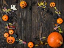 Предпосылка хеллоуина с конфетой и пауками Стоковая Фотография RF