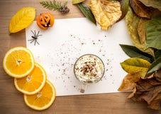 Предпосылка хеллоуина с листьями и тыквами Стоковая Фотография