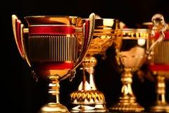 Предпосылка чашки золота темная никто стоковые фото
