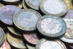 предпосылка чеканит деньги Достигшие возраста монетки евро стоковое изображение