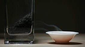 Предпосылка черного горячего китайского деревянного стола дыма чашки чая темная никто отснятый видеоматериал hd видеоматериал