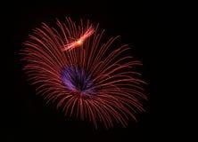 предпосылка чешет желтый цвет померанцового красного цвета феиэрверков цветов феиэрверки красные Стоковые Фото