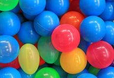 Предпосылка шариков конца-вверх красочная пластиковая стоковое фото