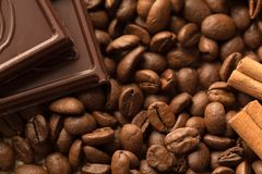 Предпосылка шоколада и кофе, конец-вверх фасоли стоковые изображения rf