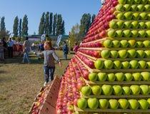 Предпосылка яблок Стойка зрелого плодоовощ стоковые фотографии rf