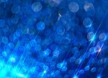 Предпосылка ярких сияющих лучей на сини стоковые фотографии rf