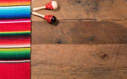 Предпосылка Cinco de Mayo на деревянных досках Стоковые Изображения