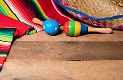 Предпосылка Cinco de Mayo на деревянных досках Стоковые Изображения RF