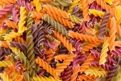 Предпосылка Fusilli покрашенная макаронными изделиями Классические итальянские макаронные изделия в f Стоковые Изображения