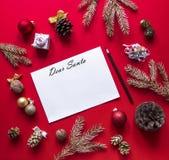 Предпосылка Onred, украшения рождества аранжирована в круге, и в листе разбивочных лож белом с письмом к Santal стоковая фотография rf