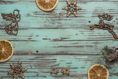 Предпосылка ` s Нового Года на свете geen стол украшенный с decoaration и свечами рождества Яркая покрашенная горизонтальная пред стоковые фотографии rf
