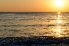 Предпосылка Seascape солнечного света на поверхности моря на восходе солнца Стоковая Фотография RF