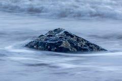 Предпосылка seascape Beatuful, утес в океане на Seascale, Cum стоковые фотографии rf
