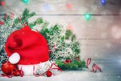 Предпосылки зимы рождества, украшения рождества и елевые ветви на деревянном столе счастливое Новый Год весело стоковые фото