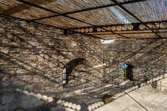 Предпосылки крепости под соломенной крышей во время солнца с тенью Стоковая Фотография RF