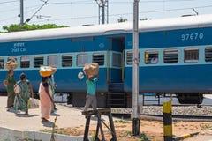 Предприимчивые индийские торговцы на железной дороге Стоковые Изображения