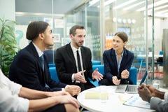 Предприниматели встречая в офисе стоковая фотография