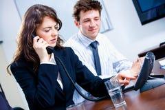 предприниматели вызывая телефон Стоковые Фотографии RF
