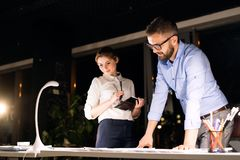 Предприниматели в офисе на ноче работая поздно Стоковое фото RF
