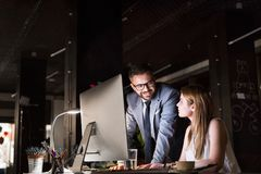 Предприниматели в офисе на ноче работая поздно Стоковые Фото