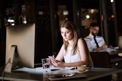 Предприниматели в офисе на ноче работая поздно Стоковое Изображение