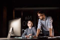 Предприниматели в офисе на ноче работая поздно Стоковая Фотография RF