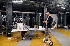 Предприниматели в офисе на ноче работая поздно Стоковая Фотография