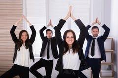 Предприниматели делая йогу стоковые фотографии rf