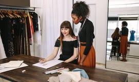 Предприниматели женщины на работе в их бутике Стоковая Фотография